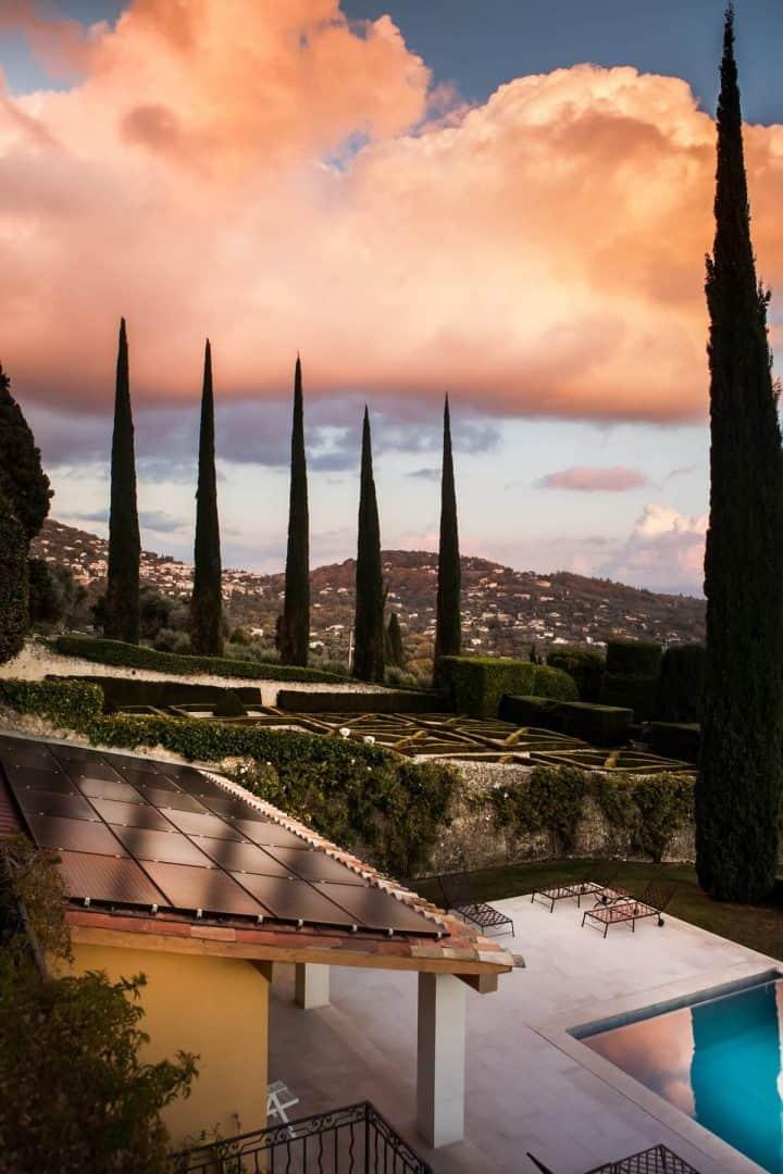 maison-individuelle-panneaux-solaires-hybrides-chauffage-piscine